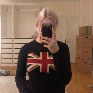 Stilren tröja med flagga. Skön och varm. Kliar inte!
