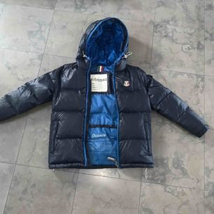 Äkta Dolomite jacka. Mörkblå på utsidan och ljusblå på insidan. Använd en säsong och är i nyskick. Storlek 140. Köpt i italien. Inga skador elr hål.
