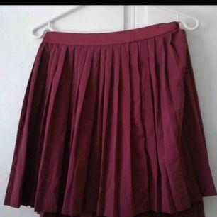 Oanvänd fin kjol. Storlek 38! Den vill gärna hitta ett nytt hem!