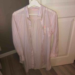 Mysig och söt lång skjorta-pyjamas från VS. Fint plagg som inte kommer till användning, super skick.