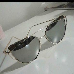 Fina knappt använda solglasögon.