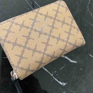 Beige plånbok köpt på tradera för 2 månader sedan så den är i använt skick men absolut inte utsliten. Nypris är runt 700