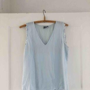 INGEN FRAKT!  Blus från Vero Moda i en isblå färg. Fina virkade detaljer på ärmarna.