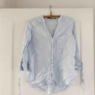 INGEN FRAKT!  Linneskjorta i ljusblått tyg från Zara. Trekvartsärmar.