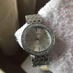 Klocka i silver, som ny. 100kr/bud. Köpare står för frakt