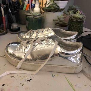 Riktigt coola skor från monki. Nypris-800kr Säljes pågrund av att dem är för stora för mig