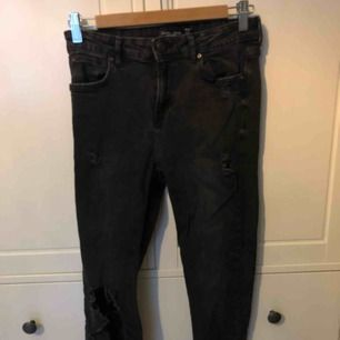 Svarta ripped jeans från Bershka. Sparsamt använda. Möts upp i stockholm, fraktar ej🌿