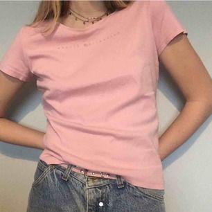 jättefin ljusrosa t-shirt!! köpt second hand men i ganska fint skick, färgen stämmer bättre på första bilden 🥭frakt 36kr🥭