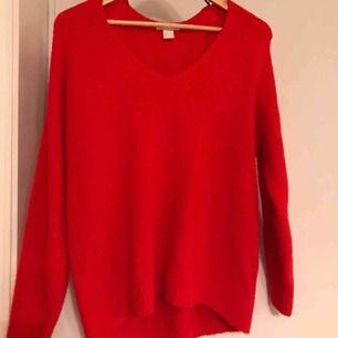 Superfin v-ringad tröja från HM. Det är en oversized tröja så den passar i stort sett alla storlekar beroende på hur man vill att den ska sitta.  Köparen står för eventuell frakt.