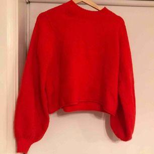 Superfin stickat tröja med lite polokrage och ballongärmar från Weekday. Lite croppad i modellen.  Köparen står för eventuell frakt.
