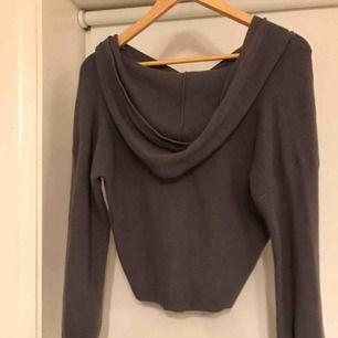 Superfin croppad, stickad hoodie i en blå-grå färg. Köparen står för eventuell frakt.