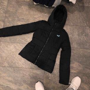 Säljer ett hollister paket: jacka och 3 hoodies varav en med dragkedja.  Plaggen har några år på nacken. Grå hoodie: XS, Mörk grå hoodie: S, Hoodie/dragkedja: XS. Jacka: XS  Jackan är i finast skick, sedan grå hoodie, mörk gråa och sist förstår ni.