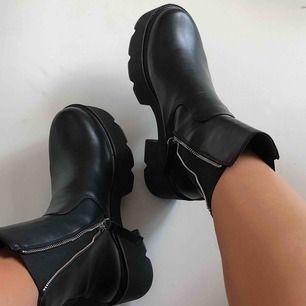 Helt nya chunky boots från ASOS. De är bara använda en gång = jättefint skick. Säljer pga har för mycket skor. Kan frakta mot fraktkostnad. Vid snabb affär kan vi dela på frakten 🥰 inköpspris ca 580kr