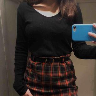En jätte fin kjol i storlek 40 men jag brukar vanligtvis ha storlek 36, passar mig endå med skärp ✨ Baksidan har en blixtlås. Kjolen är ungefär 50cm lång ✨