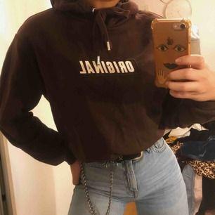 Brun hoodie, super mysiga inuti. Använd endast 1 gång🌟 frakt tillkommer🥰