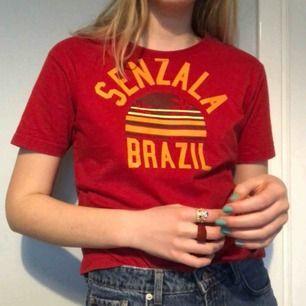 turisttshirt!! såå skönt tjockt tyg, men lite för liten för mig. köpt second hand men i fint skick 🍊FRAKT 45kr🍊