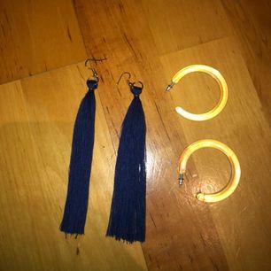 - 2 par örhängen för 50 kr! Ena är blå och de andra paren är genomskinliga.  - aldrig använda!  -Frakten står köparen för!