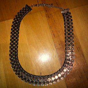 Enkelt halsband från hm! Köpt för 1 år sedan. Aldrig använd.