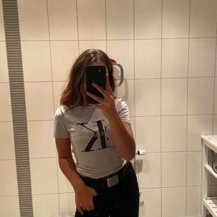 T-shirt från Calvin Klein, bra skick. Köparen står för frakt💓