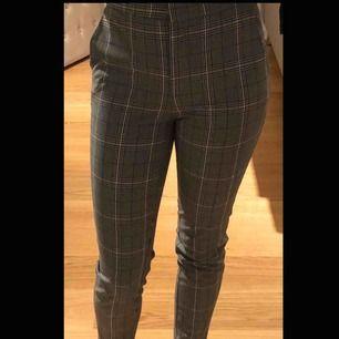 Jättefina rutiga kostymbyxor från Zara. Väldigt sällan använda och sitter jätte fint. Använder så sällan så tänkte sälja dem ist!💘💘