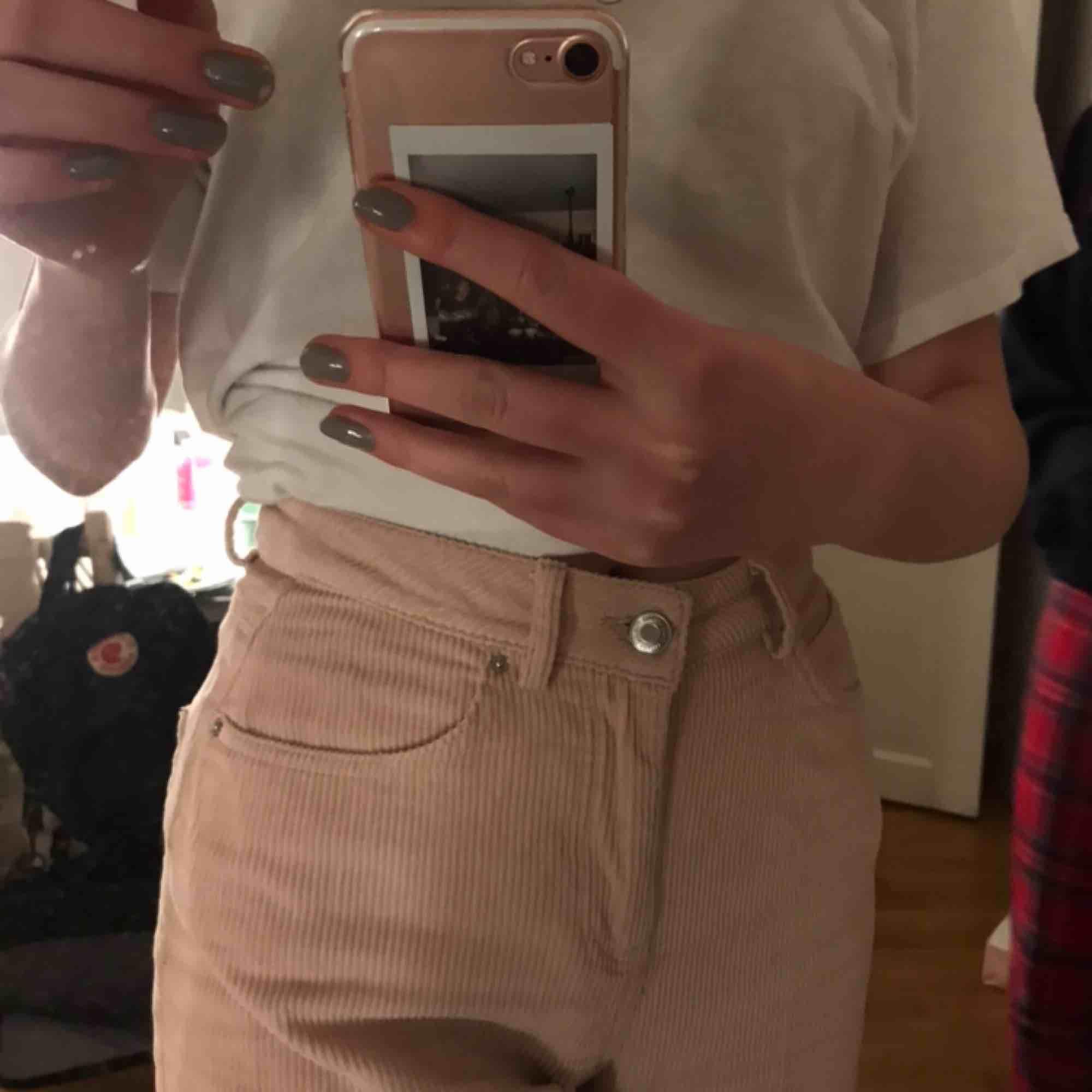 Säljer mina jätte fina rosa manchester byxor från vero moda då de helt enkelt inte kommer till så stor användning. Men skulle säga att de mer är strl 36 än 34. Kan frakta mot att köparen betalar feakt:) nypris 400kr💘. Jeans & Byxor.