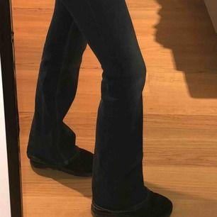 Bootcut jeans från Monki, oklart på bilden men de är mörk blå. Skriv gärna för fler bilder.💞 Sitter jätte fint o tajt