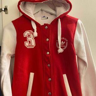 Röd och vit adidas college jacka VÄLDIGT SÄLLSYNT  eftersom det är gammalt   jackan i 100% perfekt skick.  Även jätte varm då den är hyfsad tjock