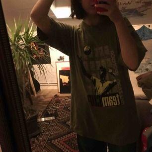 Snygg oversized t-shirt med tryck!! Syns inte så bra på bilderna men den är olivgrön