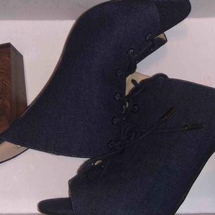 Oanvända och belt äkta GUESS skor med GUESS kartongen kvar.