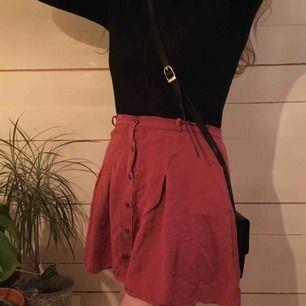 Supersöt rosa kortkjol, köpt i Barcelona från spanska märket Double Agent. Perfekt på sommarn eller med boots på vintern. Blir ännu finare om man stryker men hade inte orken :') Hör av dig vid intresse eller fler frågor!