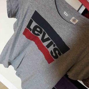 Fin Levi's tröja som inte blivit använd många gånger, därav säljer jag den! Kan mötas upp men även frakta, och köparen står för frakten 💞