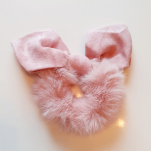 Lyxig vinterscrunschie i gammelrosa💗Material:Cotton Märke: Cute Simple Frakt: 11:-