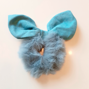Lyxig vinterscrunschie i turkos💙Material:Cotton Märke: Cute Simple Frakt: 11:-