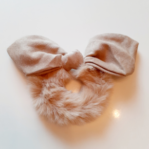Lyxig vinterscrunschie i kaffebeige🧡Material:Cotton Märke: Cute Simple Frakt: 11:-