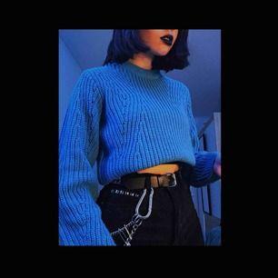 stickad tröja från gina tricot, säljer pga inte min stil. längden är som på den andra bilden men man kan vika in den så den ser croppad ut! frakt på 60kr tillkommer