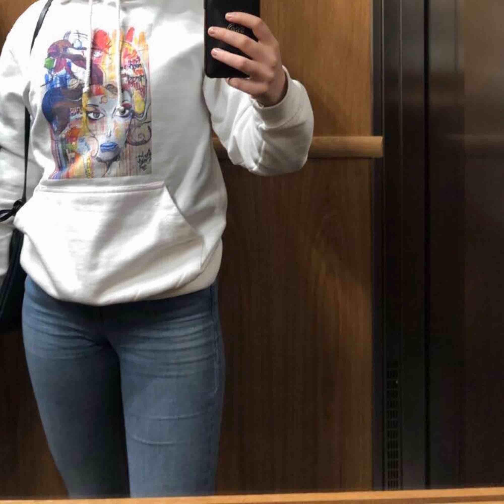 """Säljer min hoodie """"Painted woman"""" från Thecoolelephant pga ingen användning. Använd ett fåtal ggr och det finns inga fläckar. Möts upp i centrala Stockholm+ tar emot endast swish. ( Fler bilder kan skickas!). Huvtröjor & Träningströjor."""