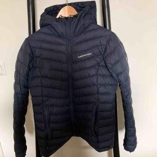 Mörkblå jacka från Peak Performance! Passar till alla väder. Använd en höst och är i bra skick. Säljer den för 1000 kr (+ spårbar frakt på 63 kr) 🥰 Nypris är 2779 kr.