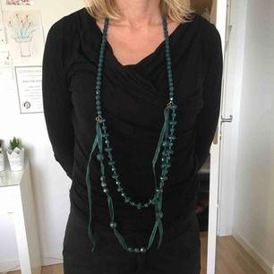 Grönt halsband från NoaNoa. Går att vira ett till varv så det blir kortare. Aldrig använt så i fint skick. Frakt 18kr tillkommer. Rengör innan jag skickar.