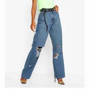 skitsnygga wide/straight jeans från boohoo. Säljer då dom är långa för mig (162 lång). Aldrig använda & lappen kvar, nypris 450kr. Budgivning! Postar & möts upp i sthlm