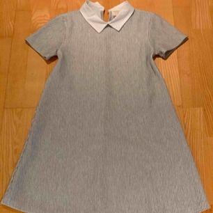 Jag säljer min jättefina silvriga klänning från zara. Det är ett väldigt tjockt och mysigt material. Passar perfekt till kalas och andra festligheter.  Om mer info och bilder behövs skriv privat.  OBS köparen står för frakt!