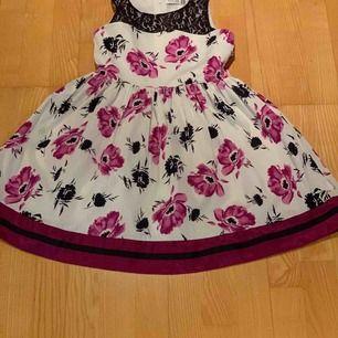 Jag säljer min väldigt fina klänning från Thailand. Den har inte gått sönder alls och jag har haft den ett tag nu. En vit klänning med lila och svarta detaljer.   Kan skicka fler bilder och mer info om det skulle behövas  OBS köparen står för frakt