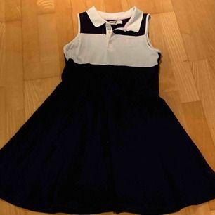Jag säljer min väldigt fina klänning från Hampton republic. Det är en mörkblå klänning med vita och rosa detaljer.  För mer info och bilder kontakta mig privat.  OBS köparen storföretag frakt!