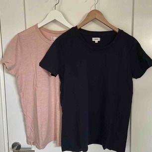 Säljer två t-shirts från Crocker, en mörkblå och en rosa. Du kan köpa en tshirt för 35 kr eller båda för 50 kr