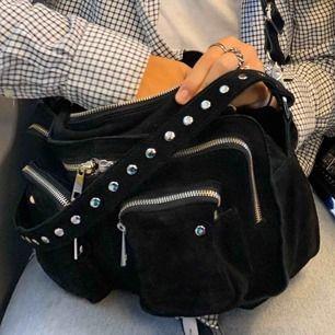 Säljer min stora nunoo väska i svart! Asbra skick använd den 4 gånger så den är påriktigt typ som ny!  BUDA ❤️❤️❤️❤️