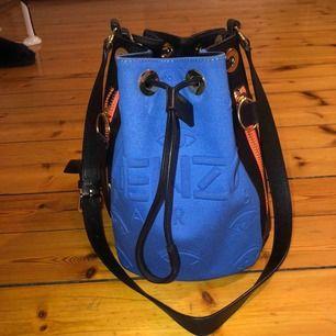 En väska från kenzo! Knappt använd och perfekt storlek, man får plats med mycket. Nypris ca 8000