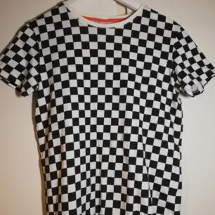Säljer denna svart/vit rutiga t-shirt från Lindex Kids. Storlek 152, men jag har xs/s och den passar bra. Använd rätt så mycket, bra skick! Fraktas för 18-36 kr, kunden står för frakten💕