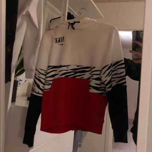 Hoodie från Nike butiken i barcelona, använd Max 3 ggr! Frlat tillkommer, (pris kan diskuteras)