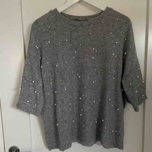 Superfin tröja från Zara med små pärlor på framsidan. Materialet är jättemjukt och det är en riktigt skön tröja. Ärmarna är lite kortare som ni ser på första bilden. Köparen står för frakten :))