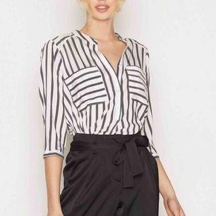Superskön tunnare skjorta från Vero Moda. Nypris 350 kr säljer min för 175 kr. Köparen står för frakten (18kr)  :))