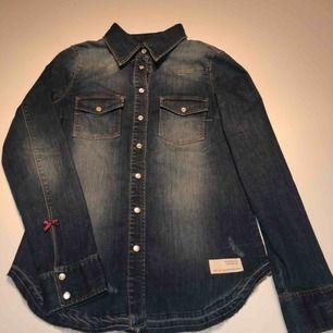 En helt oanvänd cool jeans skjorta ifrån Odd Molly.  Nypris är 750kr så detta är ett mycket bra kap;)